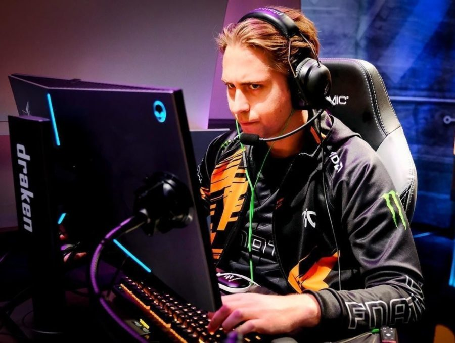 theScore esports Daily (Oct. 2): Fnatic re-sign twist as draken is benched, HObbit to remain with Gambit for StarSeries
